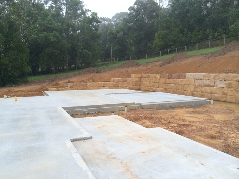 Sandstone retaining walls with split slab construction